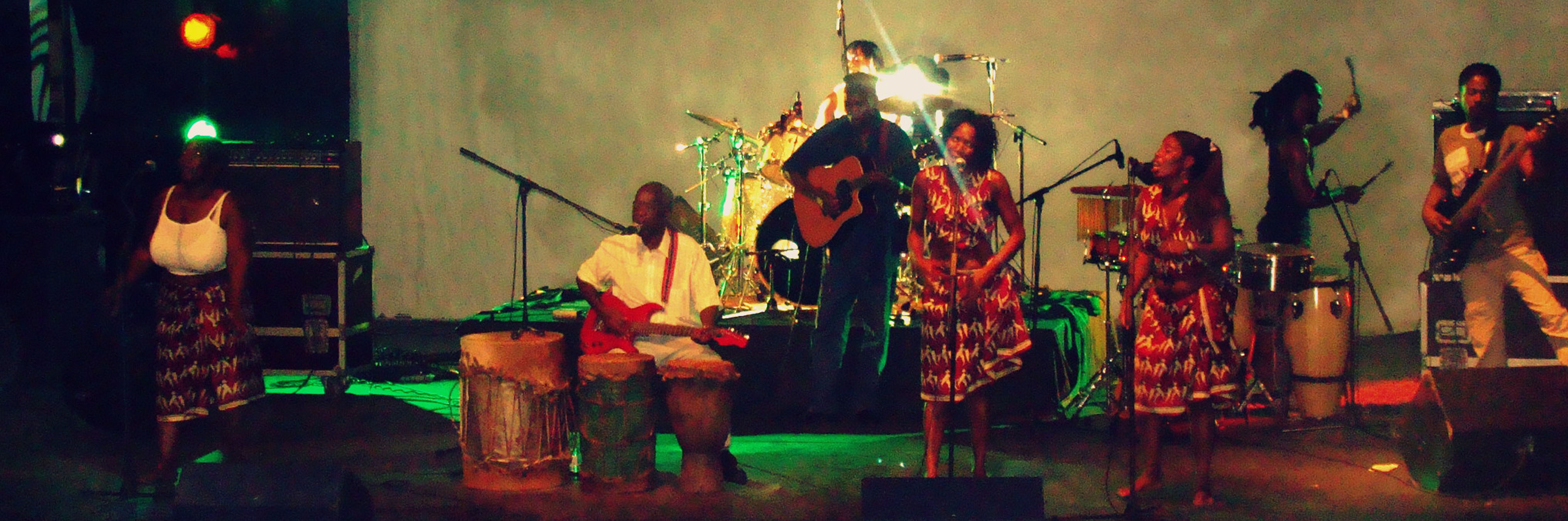 El legendario Dilon Djindji durante su actuación en el Festival de la Marrabenta.